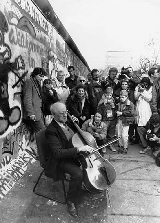 Rostropovich_at_the_Wall.jpg